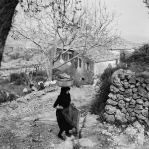 Καρυά-Λευκάδος-1958-στην-επάνω-βρύση.