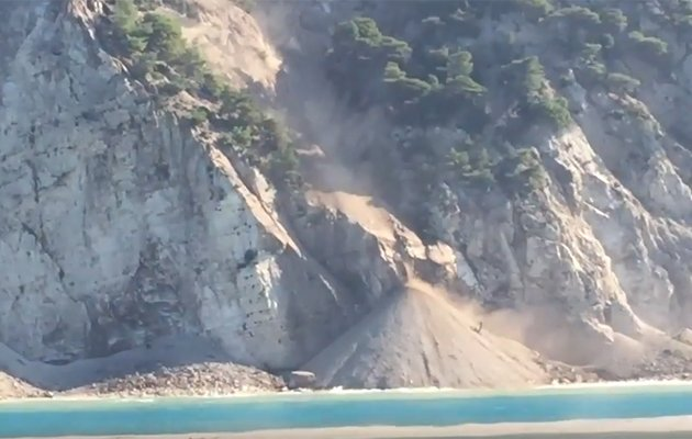 Εντυπωσιακή λήψη από ελικόπτερο της σχεδόν εξαφανισμένης παραλίας τωνΕγκρεμνών