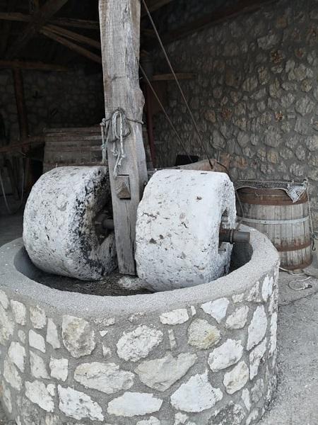 ΠΡΟΒΙΟΜΗΧΑΝΙΚΑ ΕΛΑΙΟΤΡΙΒΕΙΑ (Τα παλιά λιτροβιά στηΚαρυά)